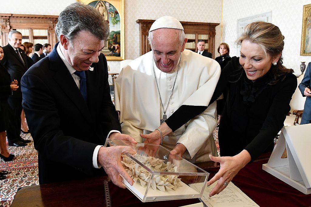 La primera dama de Colombia (d), María Clemencia Rodríguez, le presenta al papa un regalo. (VINCENZO PINTO/AFP/Getty Images)