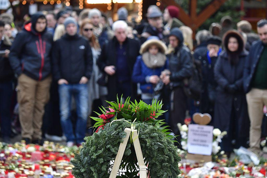 Un grupo de personas se reúne frente a un homenaje a las víctimas del ataque a Berlín. (JOHN MACDOUGALL/AFP/Getty Images)