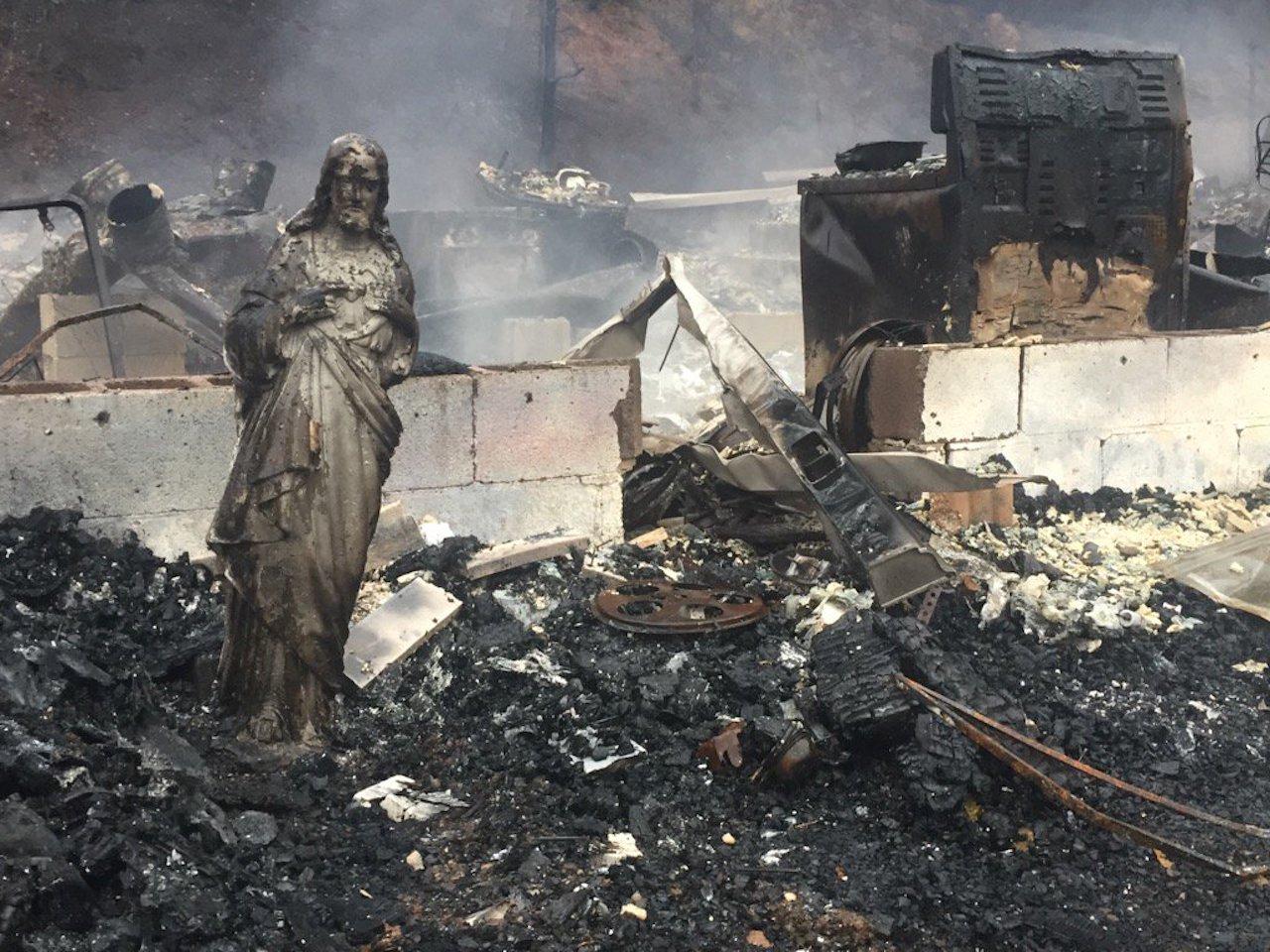 La estatua de Jesús fue lo único que sobrevivió al mortal incendio en Gatlinburg, Tennessee.