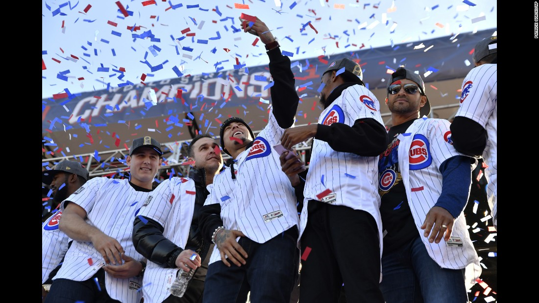 Miembros del equipo Chicago Cubs se toman una selfie el viernes 4 de noviembre, durante el desfile por su victoria en la Serie Mundial. Es la primera vez que ganan el título desde 1908.