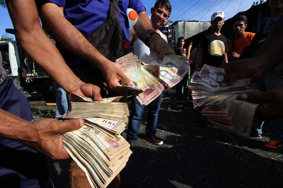 Venezolanos hacen filas para el cambio de billetes de 100 bolívares, que han sido descontinuados. (GEORGE CASTELLANOS/AFP/Getty Images)