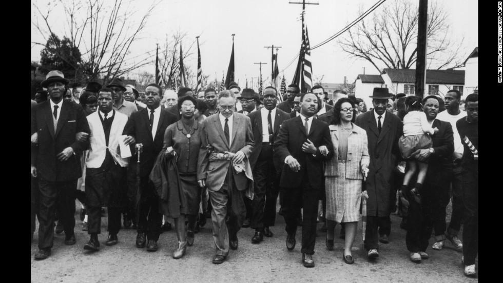 Martin Luther King (1929 - 1968) y su esposa Coretta Scott King lideran una marcha por el derecho al voto de la población negra desde Selma, Alabama, hasta la capital del estado, Montgomery.