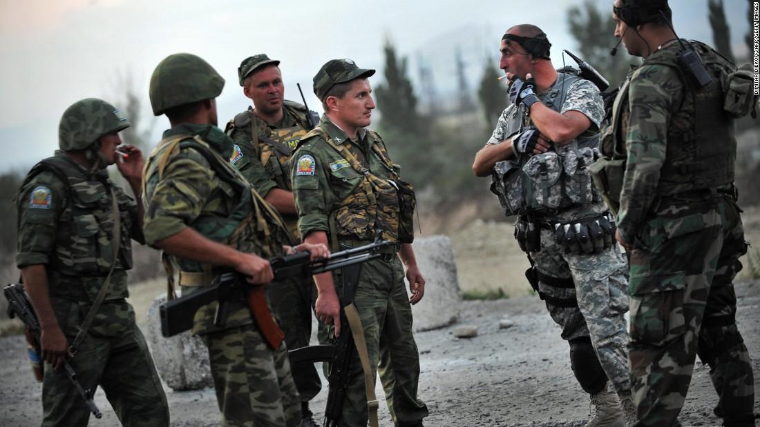 Custodios de la paz rusos hablan con soldados georgianos cerca a la población de Khurvaleti durante el conflicto en agosto del 2008.