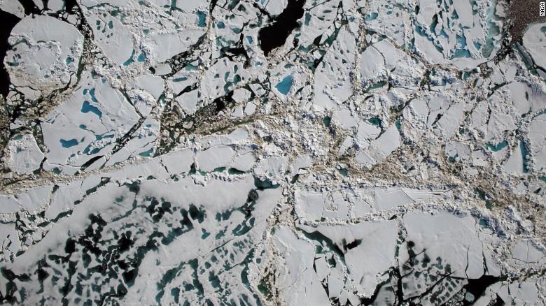 El Sistema de Mapeo Digital de la NASA capturó esta imagen del delgado hielo Ártico durante un vuelo de la Operación IceBridge sobre el Mar de Chukchi el sábado 16 de julio de 2016.