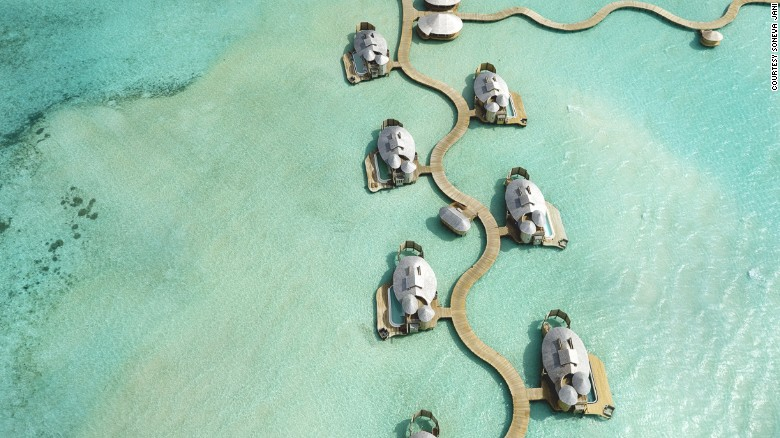 Varias de las 24 cabañas del Soneva Jani, en Maldivas, tienen toboganes que transportan a los huéspedes directamente del nivel superior al del agua.