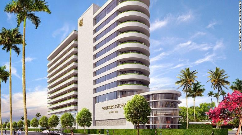 El primer Waldorf Astoria de la costa oeste de Estados Unidos está ubicado en el corazón de Beverly Hills, tiene 12 pisos y un estilo Art Deco. Tres de sus 51 suites incluyen pequeñas piscinas privadas.