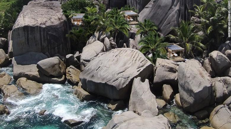 El Hotel Six Senses Zil Pasyon está en la lejana isla de piedra de granito Félicité (Seychelles, África). Sus 28 cabañas independientes tienen piscina propia, una cava de vino y el servicio 24 horas de un mayordomo personal. El hotel también es ecológico.