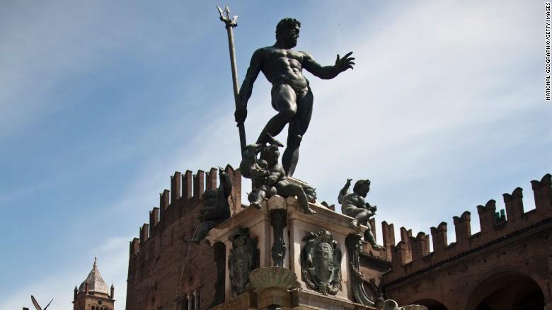 La Fuente de Neptuno en la Piazza del Nettuno en Bolonia, Italia.