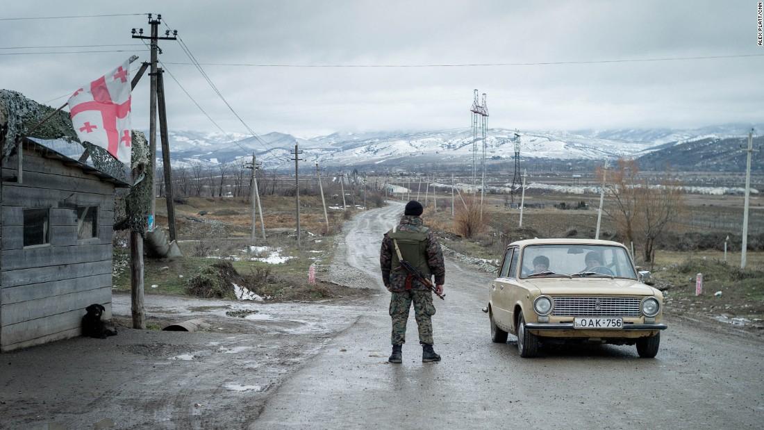 Monitores de la Unión Europea dicen que la Línea Administrativa Fronteriza entrre Georgia y Osetia del Sur está en constante movimiento, tragándose fincas.