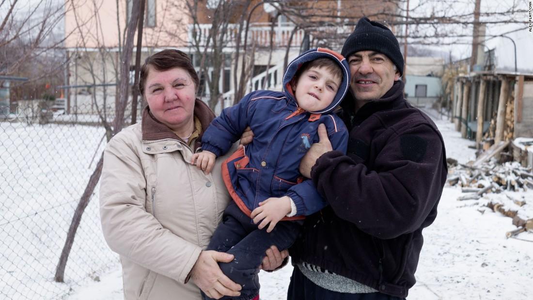 Tamara Qoreli y su familia viven en una tierra de nadie entre un puesto fronterizo georgiano y un punto de control ruso.