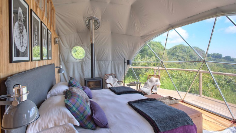 En Tanzania hay un campo de lujo que organiza safaris y ofrece acomodación en ocho suites, cada una con cama de tamaño súper grande, estufa de leña y ventanas que van del piso al techo.