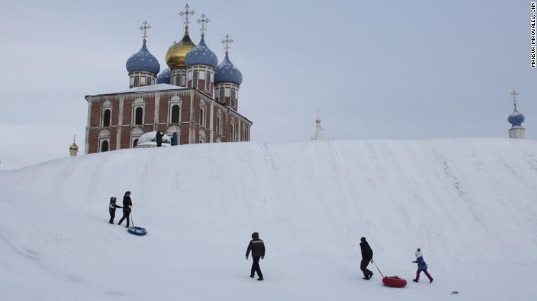 Niños juegan con trineos cerca al Kremlin de Ryazan a pesar del frío extremo.