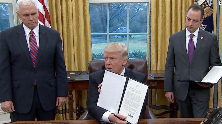 El presidente Donald Trump después de firmar los primeros decretos, en el primer día de su mandato.