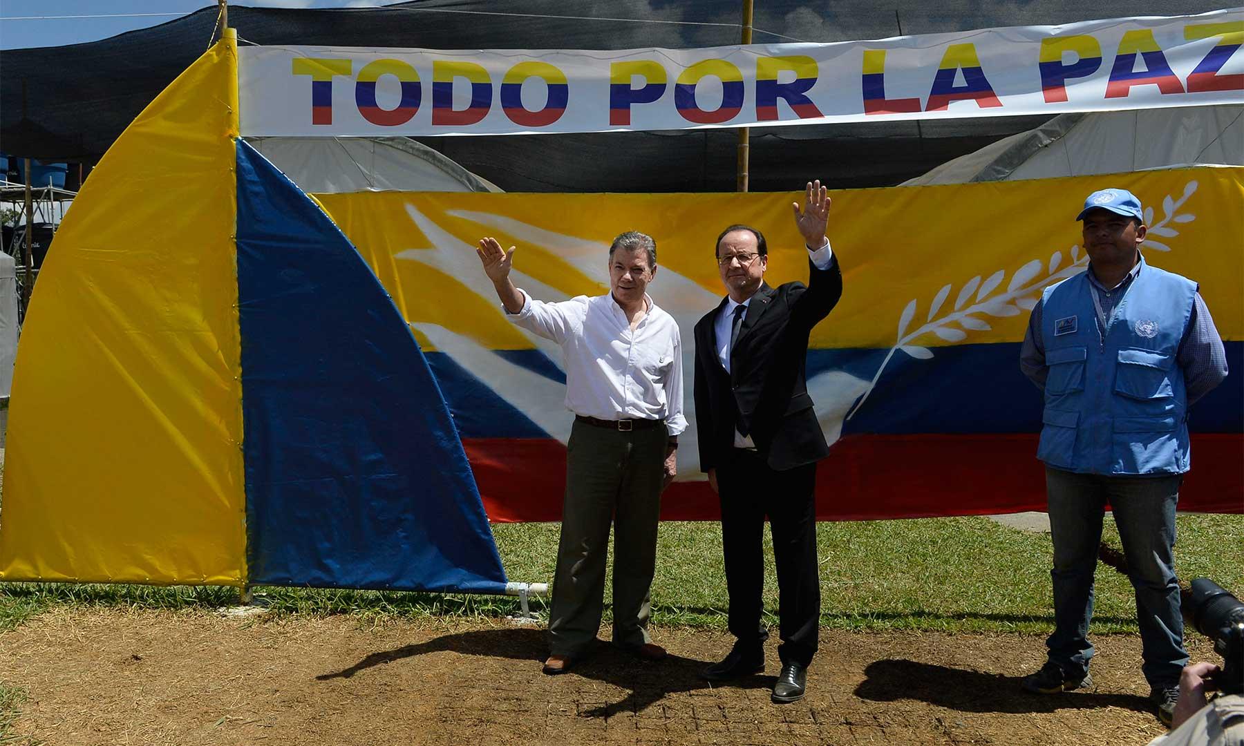 Los Presidentes de Colombia y Francia, Juan Manuel Santos y François Hollande, saludan al público que los acompaña en desarrollo de la visita que realizan a una de las Zonas Veredales Transitorias de Normalización. (Crédito: Juan David Tena / SIG / Presidencia de Colombia).