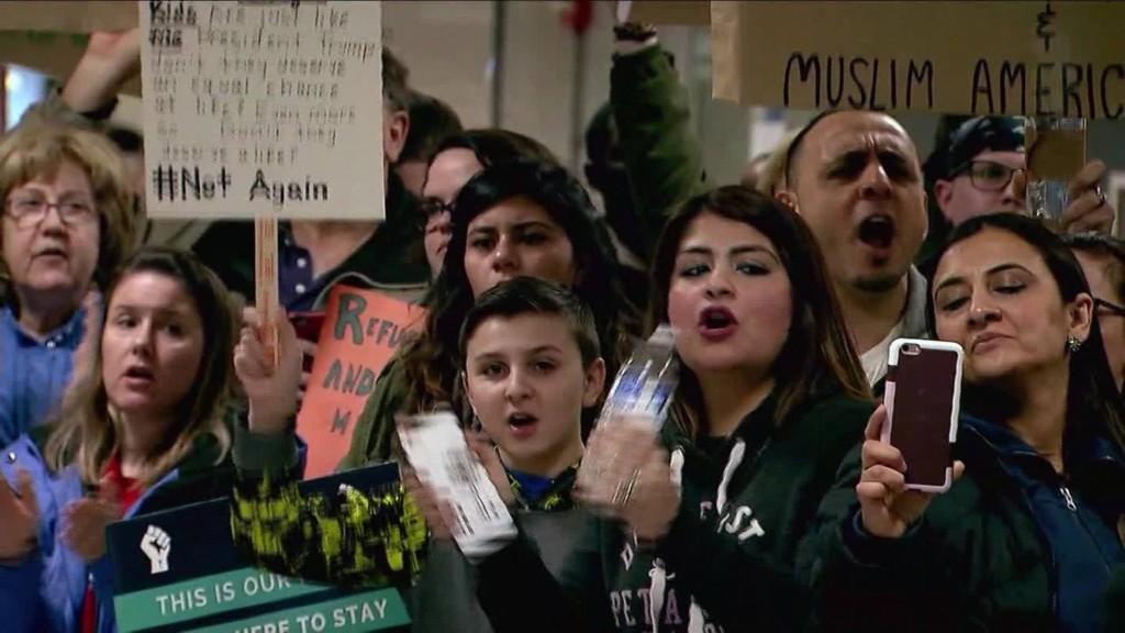 En varios aeropuertos de Estados Unidos se han realizado protestas por la medida inmigratoria decretada por el gobierno de Donald Trump.