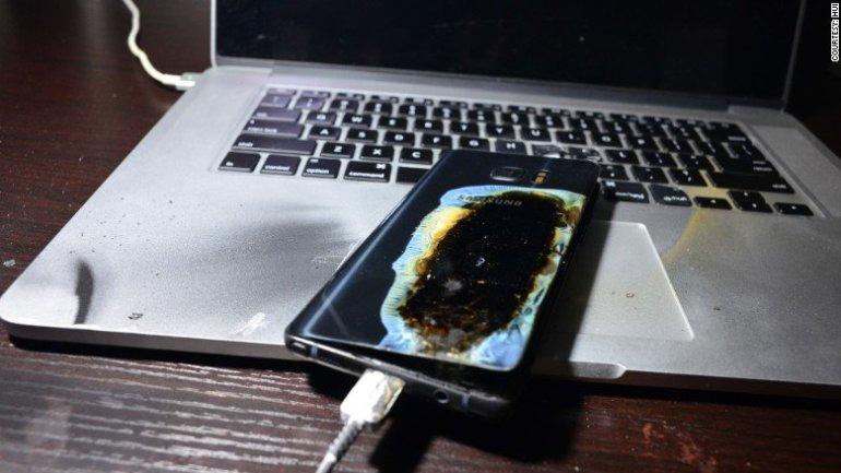 Dispositivos como los Galaxy Note7 de Samsung tienen baterías con componentes que son altamente inflamables.