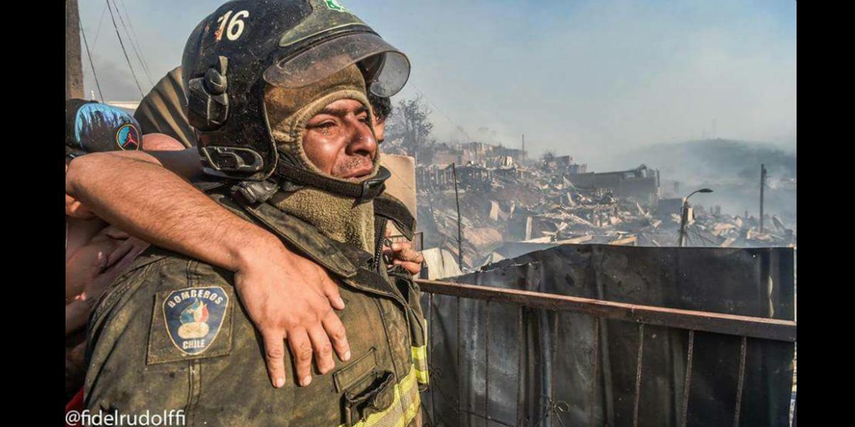 Espinoza lloró mientras veía cómo su casa era destruida por las llamas (Crédito: Fidel Rudolffi)