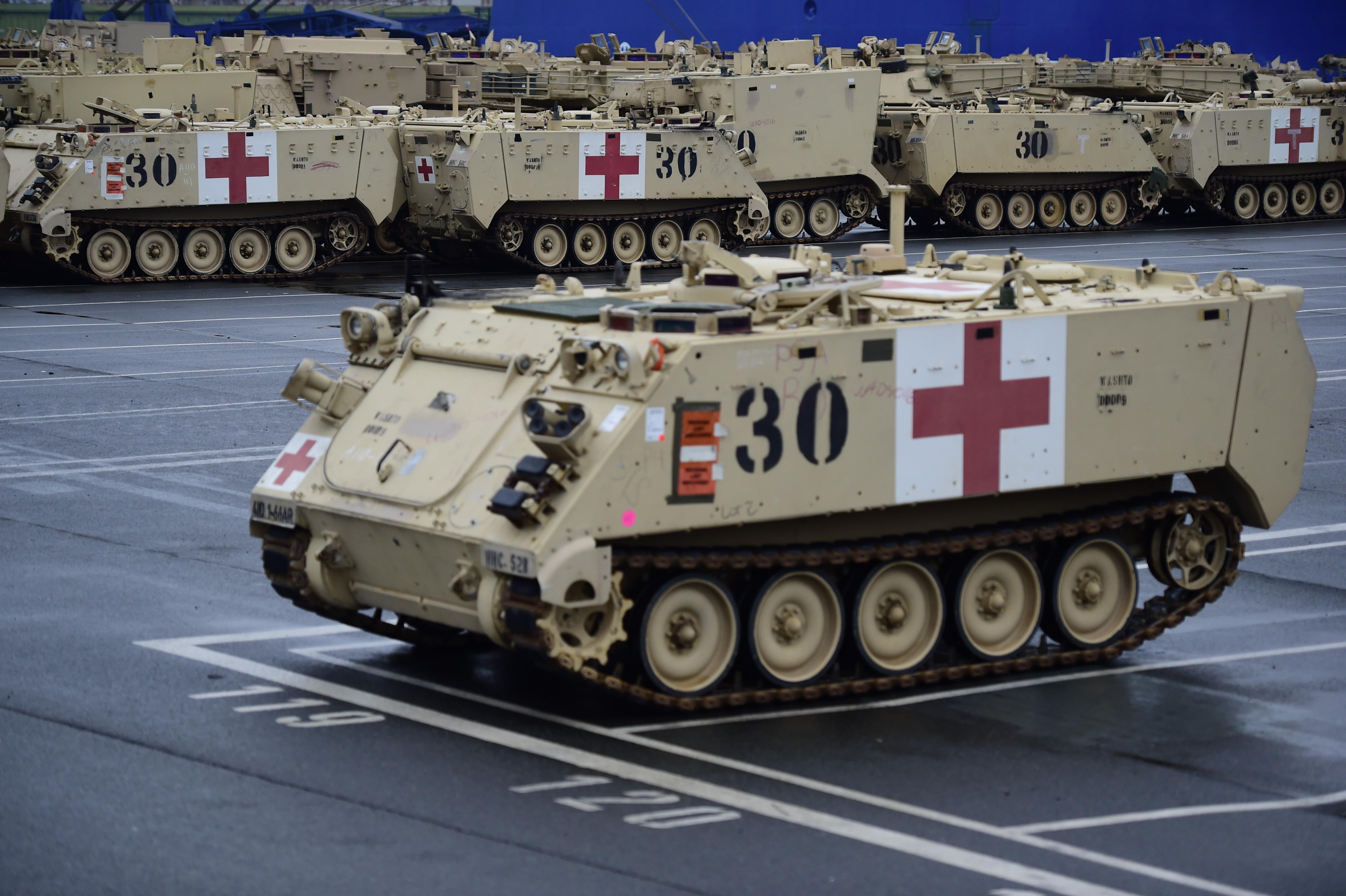 Trabajadores descargan vehículos blindados M1 Abrams y Bradley en Bremerhaven, Alemania. (Crédito: Alexander Koerner/Getty Images)