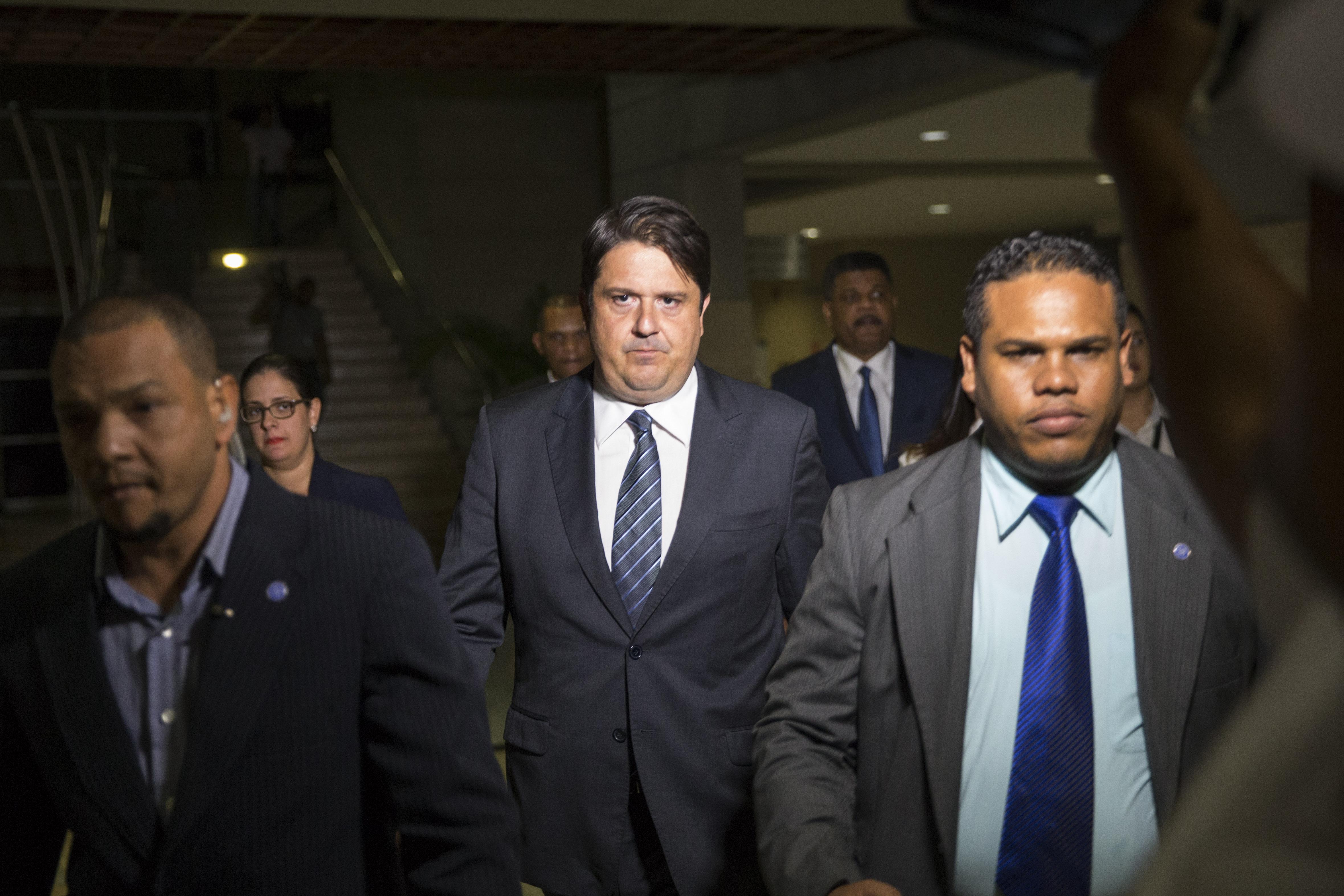 Imagen del 10 de enero en la que se ve a Marcelo Hofke (c), gerente comercial de Odebrecht en República Dominicana, al dejar el despacho del procurador general en ese país caribeño. (Crédito: ERIKA SANTELICES/AFP/Getty Images)