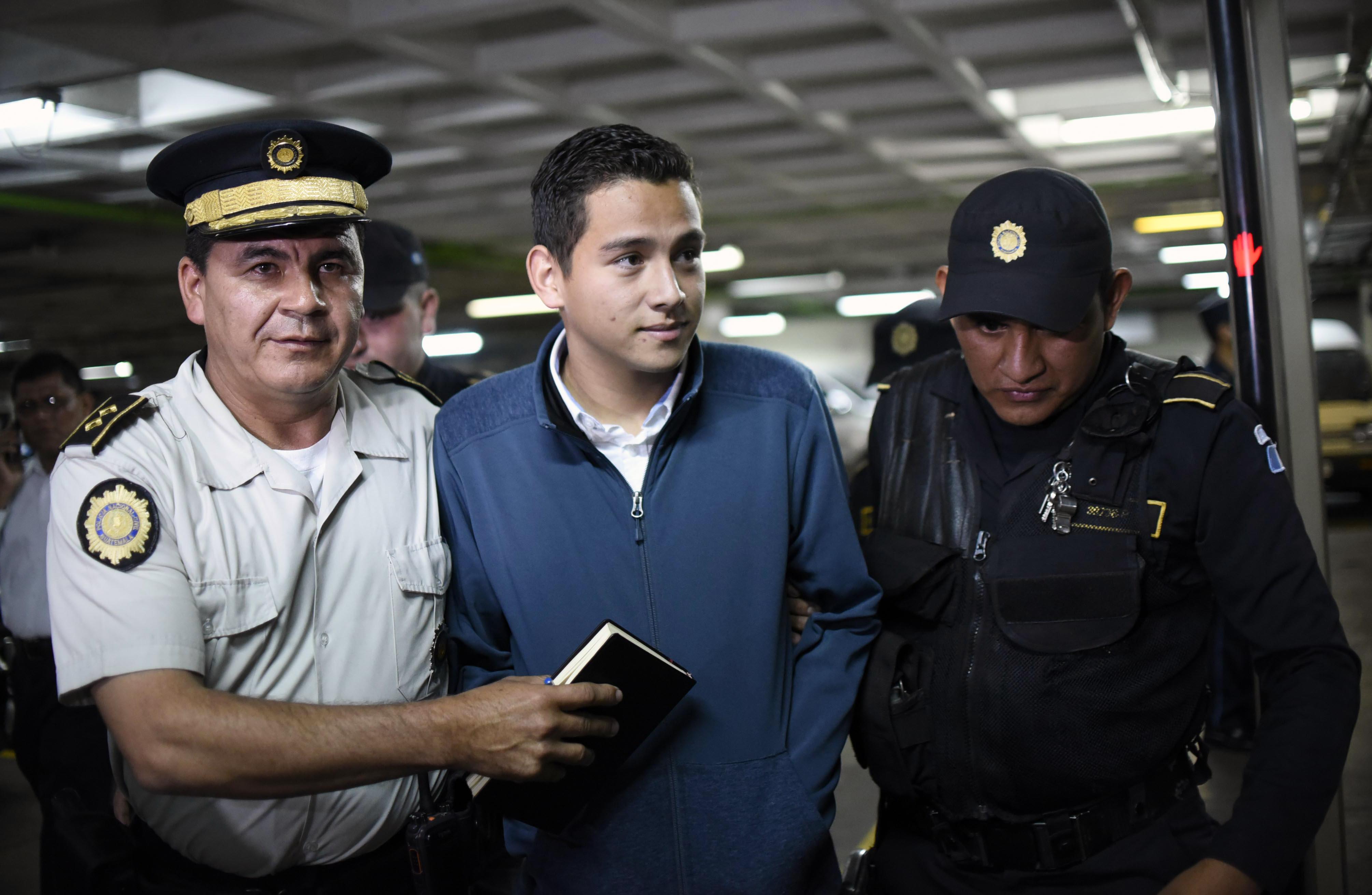 Josué Manuel Morales, hijo del jefe de Estado guatemalteco, Jimmy Morales, llega a los despachos de la corte en Ciudad de Guatemala. (Crédito: JOHAN ORDONEZ/AFP/Getty Images)