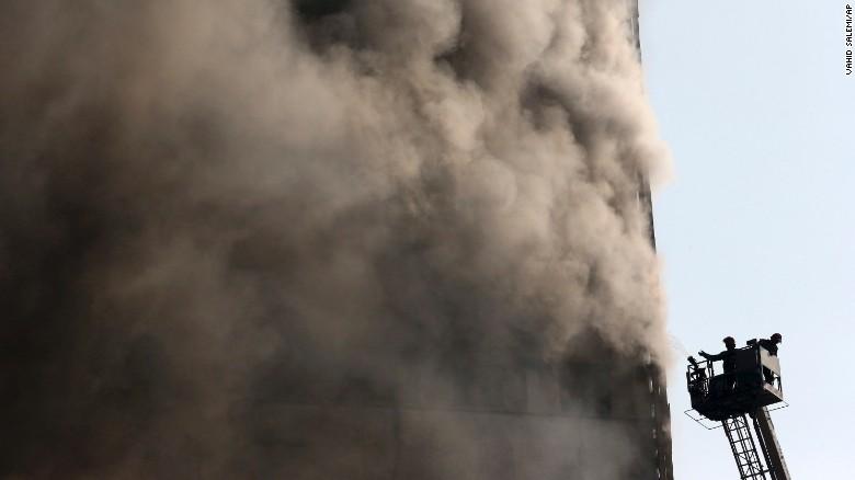 Los bomberos trabajan para extinguir el incendio de este jueves en el edificio de Plasco, en el centro de Teherán.