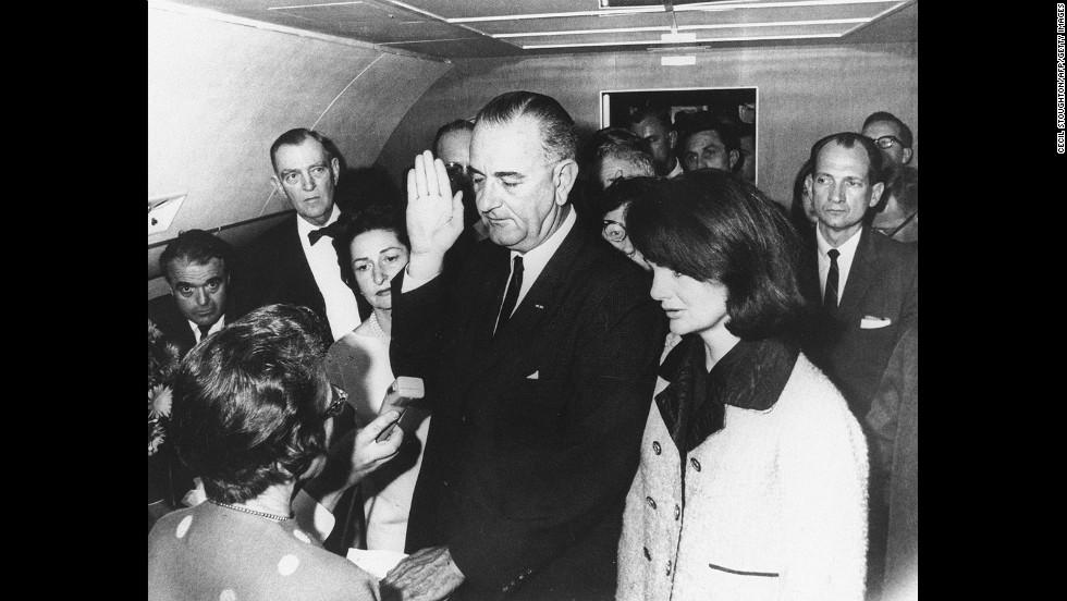 Lyndon B. Johnson tomó el juramento a bordo del Air Force One, después del asesinato de John F. Kennedy en noviembre de 1963. A la derecha de Lyndon está la viuda de Kennedy, Jackie.