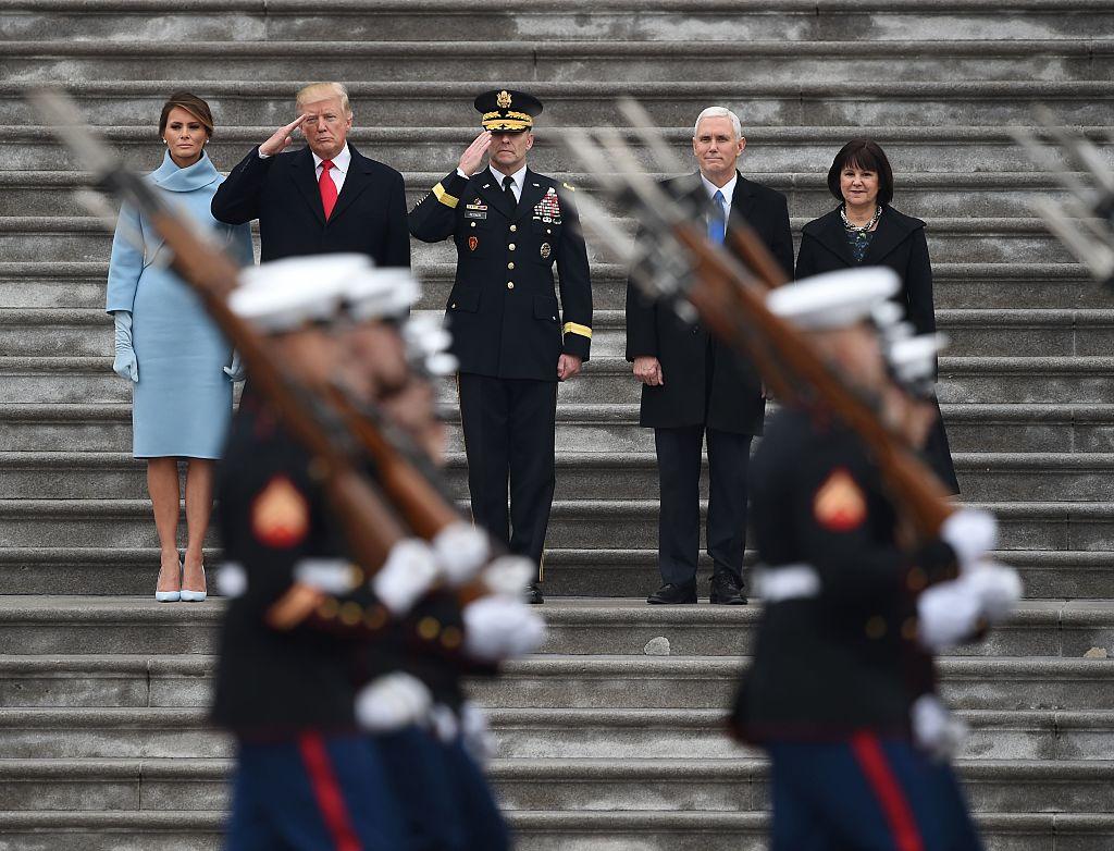 De izquierda a derecha: la primera dama de Estados Unidos Melania Trump, el presidente Donald Trump, el general de Bradley Becker, el vicepresidente Mike Pence y Karen Pence observan el comienzo del desfile inaugural en el Capitolio. (Crédito: ROBYN BECK/AFP/Getty Images)