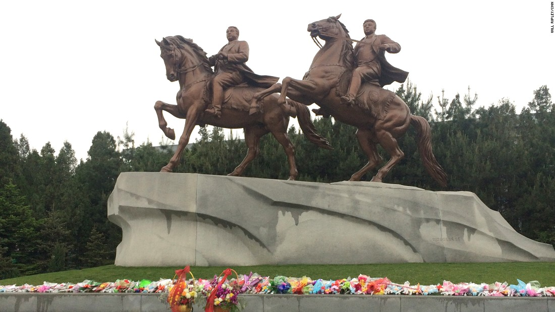 Dos estatuas gemelas honran a dos fallecidos líderes de Corea del Norte, de la misma familia: Kim il-sung y Kim Jong-il. Los visitantes que llegan a Pyongyang suelen ser llevados a ese monumento para dejarles flores y rendirles un homenaje.