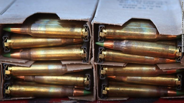 Depósitos de balas de plomo en polígonos de tiro. El plomo es tóxico para humanos y contamina el medio ambiente.