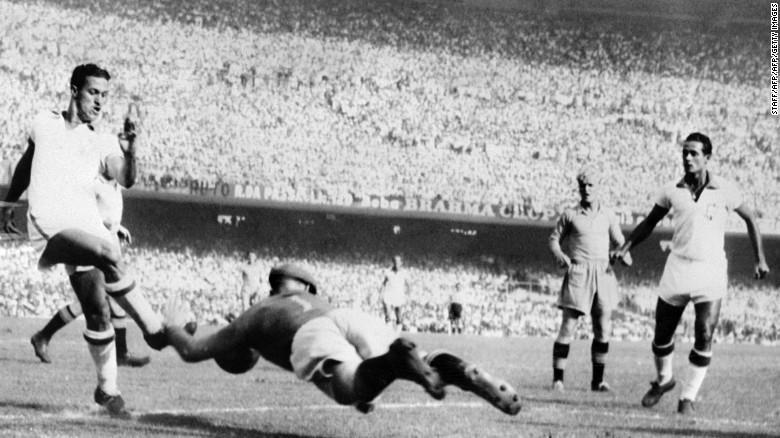 El guardameta sueco Kalle Svensson trata de bloquear el balón ante el avance del brasileño Ademir durante un encuentro de la Copa del Mundo de Brasil 1950.