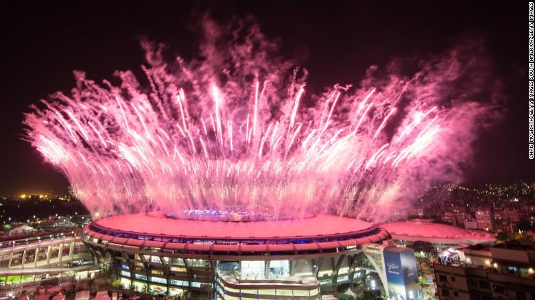 Fuegos artificiales explotan cerca al estadio Maracanã durante la ceremonia de apertura de los Juegos Olímpicos del 2016.