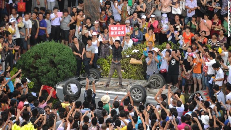 Un activista ambientalista chino protesta sobre un carro, el 28 de julio del 2012.
