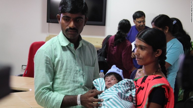 El niño con su madre, Lalitamma, de 23 años, y su padre, Chennabasava, de 26.