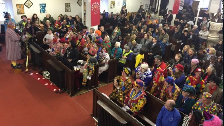 Los payasos llenan las bancas de la Iglesia de Todos los Santos en el oriente de Londres.