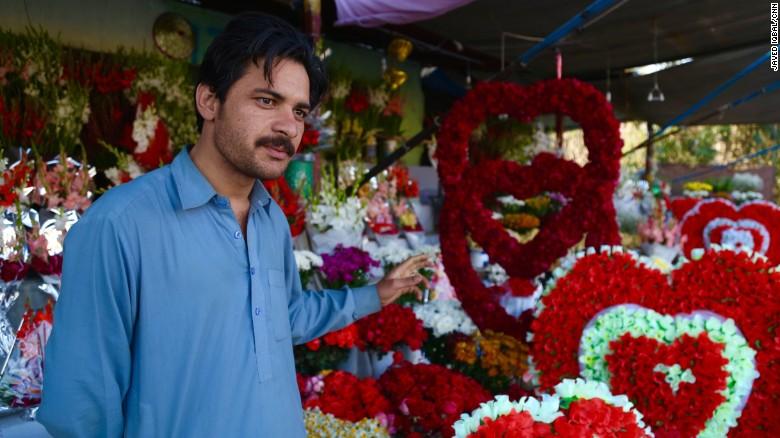 Sultan Zaib en frente de sus guirnaldas de rosas.
