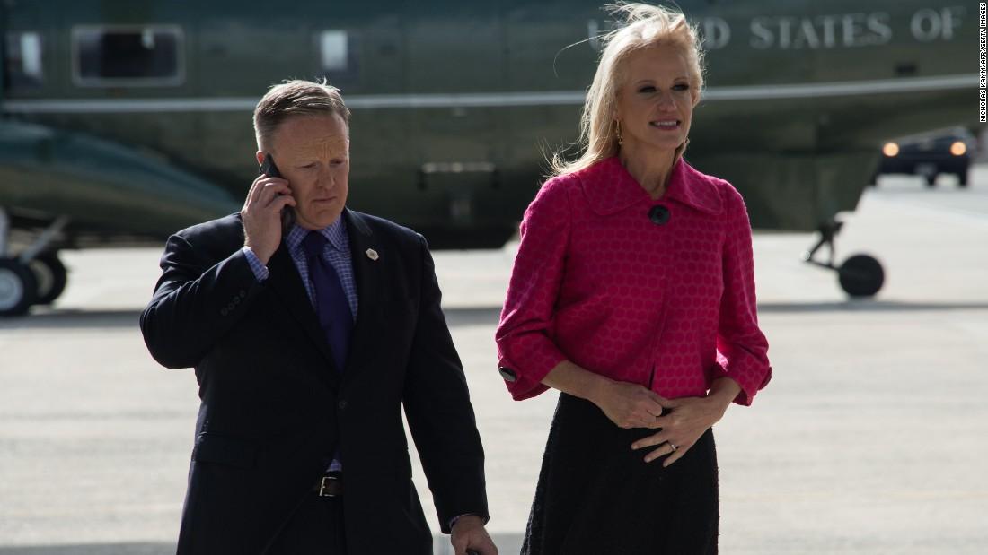 Spicer y Conway esperan por la llegada de Trump en la Base Aérea Andrews.