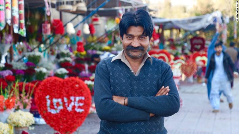 Mohammad Naveed le dijo a CNN que invirtió cerca de 2.000 dólares en flores para el 14 de febrero.
