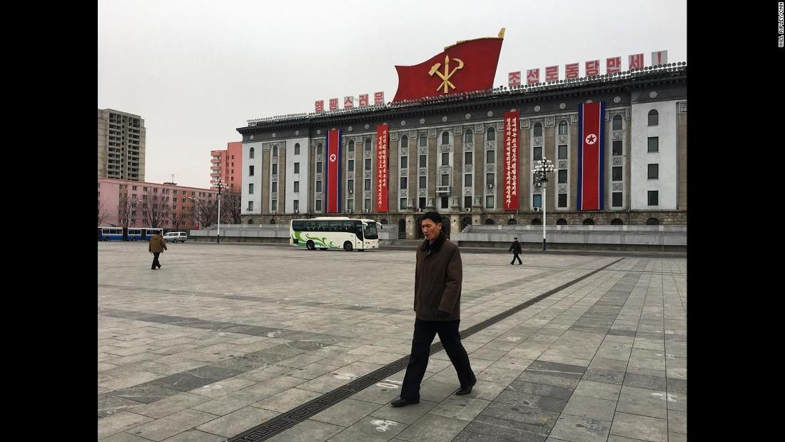 El símbolo del único partido político que existe en Corea del Norte -Partido de los Trabajadores de Corea- domina la fachada de un edificio del gobierno en Pyongyang.