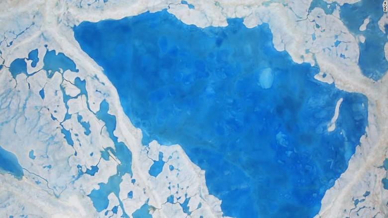 Cada vez son más comunes los pozos de deshielo en el Océano Ártico.