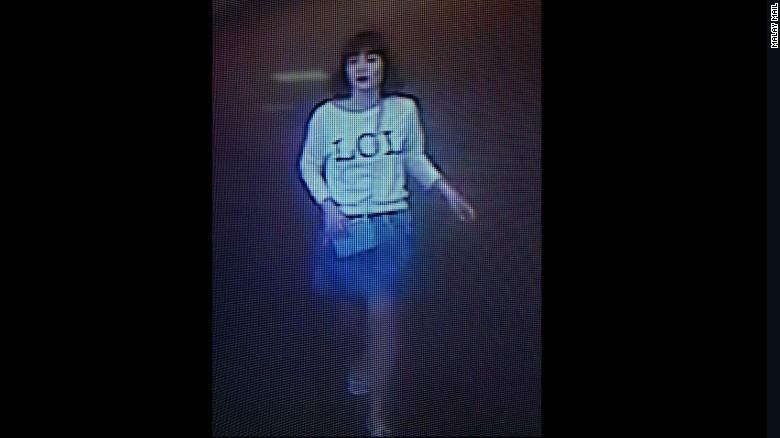 Una imagen de videos de seguridad muestra a una sospechosa que luce una camiseta con la palabra LOL en el aeropuerto de Sepang el 13 de febrero.