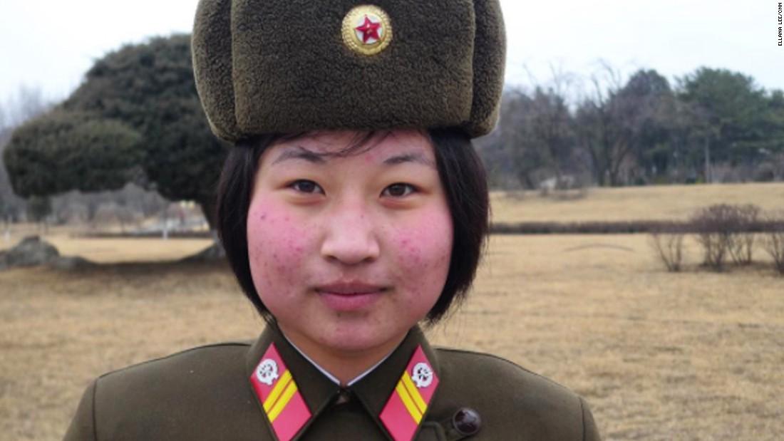 Una soldado presta guardia en Corea del Norte, el 16 de febrero del 2017. Aunque el servicio militar para las mujeres ha sido voluntario durante mucho tiempo, algunos dicen que el gobierno lo volvió obligatorio para fortalecer a las fuerzas armadas.