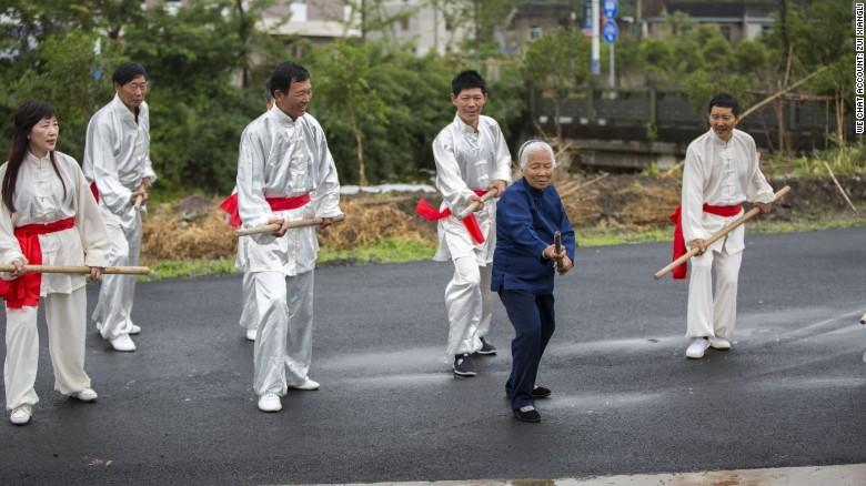 Zhang Hexian, de 93 años, les enseña sus movimientos de kung-fu a muchos de sus vecinos.