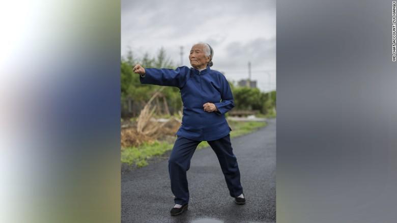 Zhang se levanta todos los días a las 5 de la mañana para practicar artes marciales.