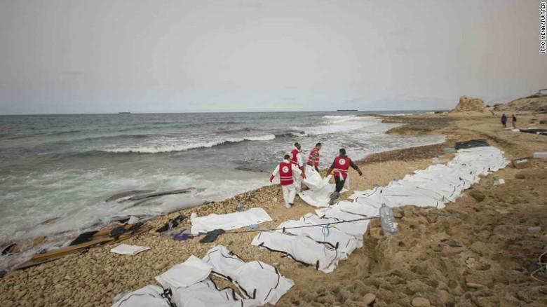 La Media Luna Roja publicó fotos en Twitter de la recuperación de los cuerpos.