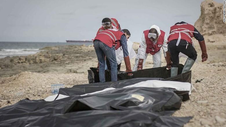 Los voluntarios de la Media Luna Roja libia recogen los cuerpos de los náufragos.