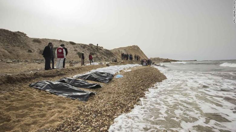 Los voluntarios han visto más cuerpos en el mar, pero hasta ahora les es imposible recuperarlos.