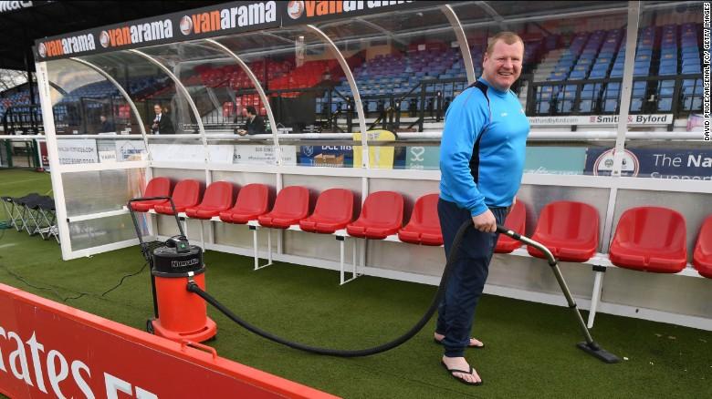 Shaw aspira el banquillo del Arsenal antes del partido de la Copa FA.