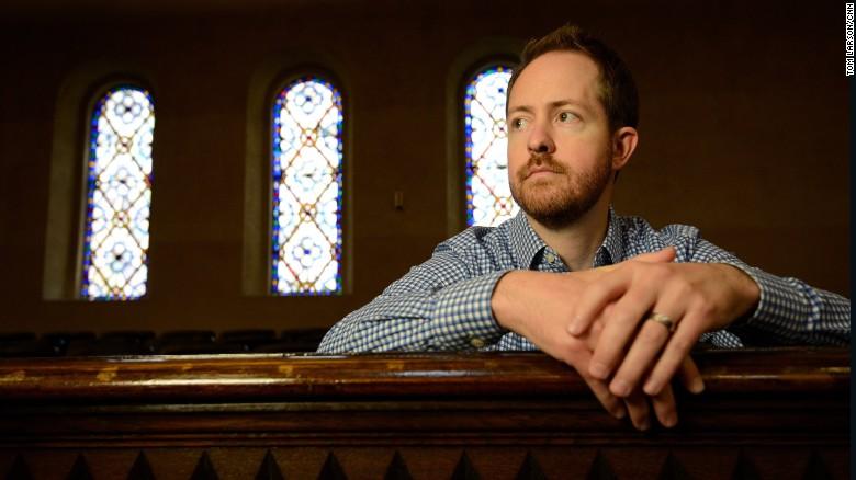 El reverendo Zach Hoover quiere ayudar a familias de inmigrantes que temen ser deportadas. Planea hacerlo escondiéndolas y manteniéndolas unidas.