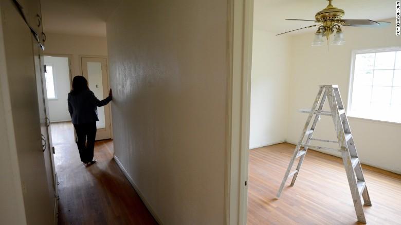 La pastora Ada Valiente recorre una casa que pronto albergará a inmigrantes indocumentados en California.