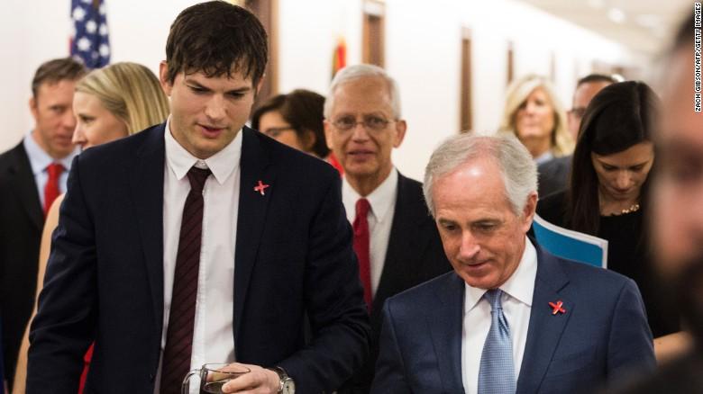 Ashton Kutcher camina con el presidente del Comité de Relaciones Exteriores del Senado, Bob Corker, antes de declarar en Capitolio el 15 de febrero de 2017 en Washington.